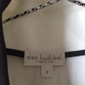 Varetype: Bomber Farve: Hvide Oprindelig købspris: 1500 kr.  Smuk jakke fra Dea Kudibal, næsten aldrig brugt!   Købt sidste år