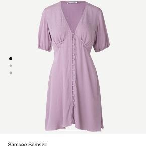 Fin kjole fra Samsøe. Str M, men lidt lille og passer derfor bedst S-lille M. Brugt 3 gange