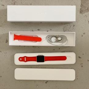 Apple Watch Sport. Serie 1, 42mm case i silver Aluminum. Ion X glass Retina display. Sport band i orange. Sælges da det ikke bliver brugt. Uret er i super fin stand, og fejler intet. Skriv gerne for flere detaljer.