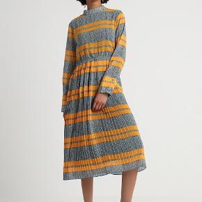 Smuk kjole fra Norr. Nypris 900,-. Fejler ingenting.