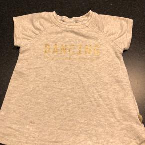 Så fin lysgrå T-shirt i kraftig bomuld med indsyet guldtråd. Virkelig fin. Fejler intet.