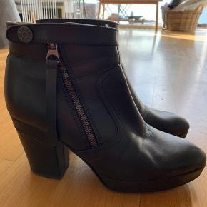 Acne Track støvler i sort læder. Nypris 4000kr. Brugt men bestemt i god stand. Hælhøjde 9,5 cm. Plateau højde 3 cm. Synes 500kr er en fair pris ellers byd. Kan afhentes på Christianshavn eller sælges med DAO på købers regning.