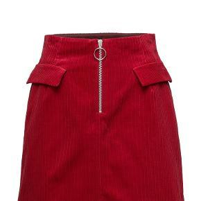 Jeg kan desværre ikke passe nederdelen, så derfor sælges den.