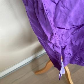 En flot nederdel af Day birger at Mikkelsens. Nederdelen er i den flotteste lilla farver og har en slis ned af nederdelen forneden. Nederdelen er i størrelse 36.