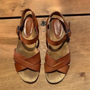 Pavement sandal med lav kilehæl, brugt 3-4 gange.   Ny pris 700 kr.