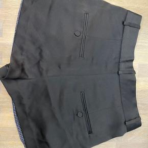 Pæne blazershorts fra Malene Birger i sort og mørkeblå tern. Der er et lille trådudtræk, se sidste billede, og ellers i rigtig fin stand😁
