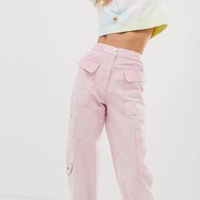 Super fede cargo pants i lyserød, med indsnævringsdetalje i taljen, og lommer på lårene.