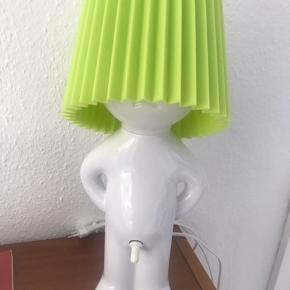 Mr. P lampe med limegrøn lampeskærm. Super sød og sjov bordlampe, virker upåklageligt og ingen slidtegn eller lignende :)