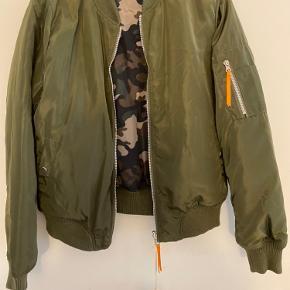 Super fed vendbar pilotjakke sløjfes helt ny  Camouflage på den ene side og army grøn på den anden  Så fed jakke