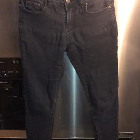 Sælger det her par Acne Studios jeans. De er godt brugt, og elastikken er lidt slap - det kan ikke ses når de er på. Der er udover det ingen huller eller tydeligt slid. Det er en størrelse 28 :))