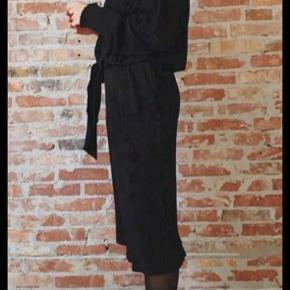 Cool kjole med flere lag og mange detaljer. Modellen hedder elba dress. Meget stræk og er en s/m. Kan også passes af en large.