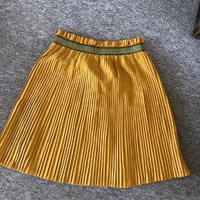 Smuk ny nederdel. Aldrig brugt. Nypris 400.- mindstepris 100.-