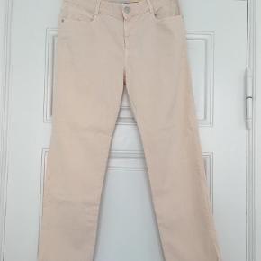"""Flotte jeans str. 29 - straight model, længde indvendig 72 cm - meget lidt brugt. Livvidde ca. 40 cm fladt målt. Bomuld og elastan.  Størrelse: 29/29"""" Farve: Lys Rosa"""