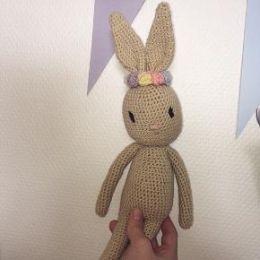 Hjemmehæklet kanin med blomsterkrone🌼🌸 Mangler bare en legekammerat - en perfekt og personlig gave til en lille en✨  Kan laves i andre farver og evt med butterfly eller hat i stedet for blomsterkrone🧶 Tag et kig på min profil for andre hjemmelavede godter😇  💌 Kan sendes på købers regning  Følg gerne med på Instagram ➡️ @skaberfryd ✨✨