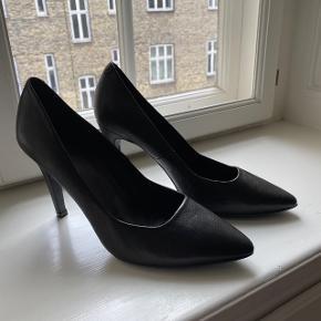 Klassiske stiletter i sort læder. De har aldrig været i brug! BYD 👏🏼