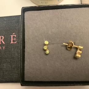 Fine øreringe i forgyldt sølv med ædelsten. Har glemt navnet på farven men de er meget lyse grønne i farven.  Kan afhentes i Gentofte eller sendes på købers regning.