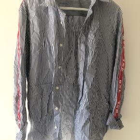 Fed diesel skjorte i lækkert materiale!  NP: 1400 kroner.  Tag den for 250 kroner.