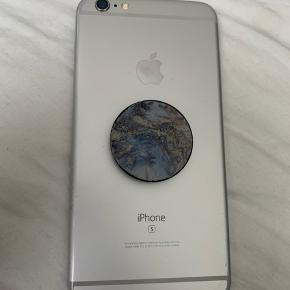 Sælger denne iPhone 6S plus med 64 gb. Den er brugt med i god stand.  Skærm og batteri er skiftet for nogle måneder siden og derfor uoriginalt, men har intet at sige til brugen af telefonen.  Dem har en lille flænge i skærmen som også ses på billedet, heller ikke det har noget at sige.