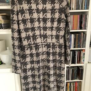 Sød hverdags kjole. Den har lidt slid - se sidste foto. Kjolen er i den lille ende og vil passe en str M Længde: 97 cm Brystmål: 45 x2 cm Bytter ikke