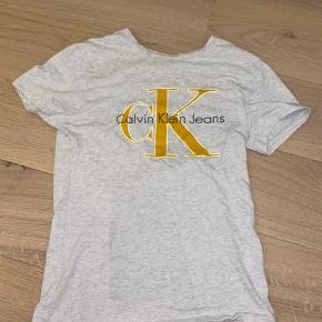 Sælger denne mega fine Calvin Klein t-shirt. Den er maks brugt 3 gange, og derfor i perfekt stand. Det er en størrelse S.