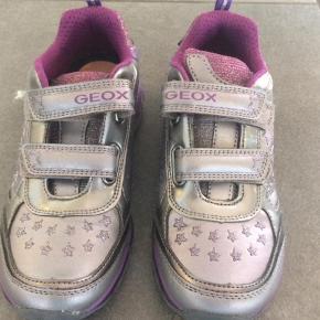Varetype: Sko Farve: Sølv Oprindelig købspris: 600 kr.  De sejeste sneakers med lys i såle, sølv og lilla glimmer effekter str 33. #trendsalesfund