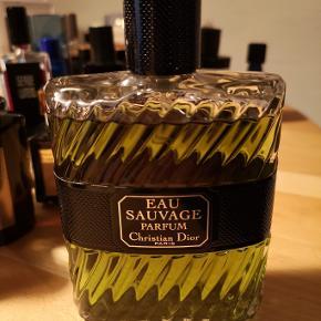 Dior Eau Sauvage Parfum; udgået udgave. Jeg har en stor samling. Sælger ud af visse af mine parfumer. Jeg har en særlig præference for mystiske, røgede parfumer og mangler efterhånden plads i skabe. Det er en udgået udgave. For mig at se en af de bedste nyere udgivelser fra designerhuse i mange år. Langtidsholdbar duft, der er unik. Den ægte udgave af Eau Sauvage Extreme, som virker, som en tynd kop te i forhold til. 200ML   Ingen interesse i useriøse bud eller folk, der vil bytte med en limited udgave af Sterling sølvpudsemiddel eller noget andet uden for kontekst.  Stiller mig gerne til rådighed for spørgsmål.  Venligst,
