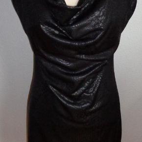 6cc7b72a75b8 Brand  Fille A Suivre Varetype  Smuk kjole til fest Farve  sort Smuk  festkjole