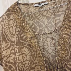 Gennemsigtig brun/beige kjole med elastik i taljen. Perfekt til at have ud over bikinien til stranden :)