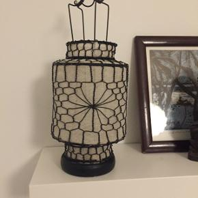 Asiatisk inspireret lampe med plads til fyrfadslys