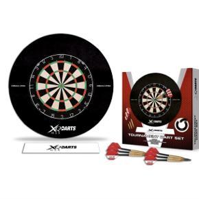 Komplet dartpakke fra XQMax Darts.   Der medfølger alt i pakken til at komme igang med at spille dart: - Dartskive - Beskyttelsesring (så du ikke laver for mange huller i væggen) - 2 sæt messing dartpile monteret med skafter og flights - markeringslinje til at klistre på gulvet for at markere kasteafstanden