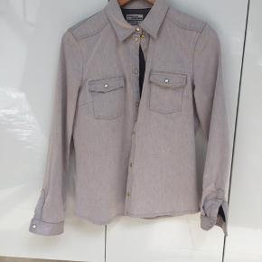 Lysegrå / beige denim skjorte med knapper