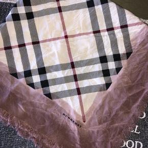 Rigtig lækkert tørklæde fra Burberry sælges for 1000 kr  78 * 83 cm