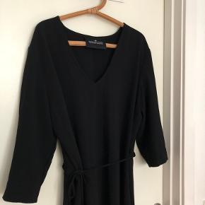 Smuk Designers Remix v-hals kjole med bindebånd i taljen og fin detalje på ryggen. Brugt få gange!  Køber betaler fragt, eller afhenter i Aarhus C 💛