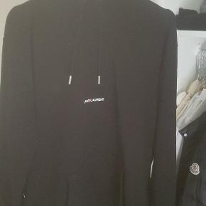 Sælger min Saint Laurent hoodie i large, som jeg desværre ikke kan passe længere. Der er ingen pletter eller fejl ved den. Kvittering medfølger.  Skriv en besked du har nogle spørgsmål ang. hættetrøjen.