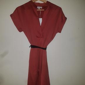 Cool kjole i pastel rødlig farve med elegant kina-inspireret krave fra Moss Copenhagen. Kan også passes af S (str.36/lille str.38).  Er ked af ikke selv at kunne passe den.  Er således ubrugt og i super stand uden alderstegn. Har hængt i et skab.