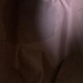Sælger min Louis Vuitton Iéna MM i Damier Ebene.  Jeg har købt tasken i LV butikken i Kbh.  Jeg har ikke brugt den så ofte og er meget velholdt. Den har været opbevaret i stofpose i æsken for det meste.  Der er en mørk plet (muligvis fra parfume) i det store rum og en lille plet (læbepomade) i det lille rum. Se billeder. Disse kan højst sandsynligt fjernes.  Der medfølger følgende:  - æske - stofpose - kvittering  Jeg mener at denne taske er en udgået model.  Nypris 8.850 kr.  Sælges til 6.500 kr.