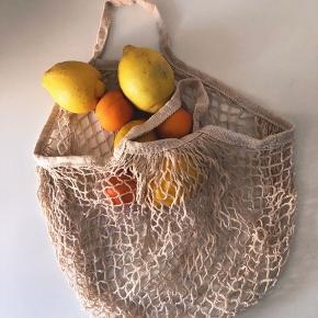 """100% øko bomuld shopper """"pose"""". Super fine og genanvendelige så man undgår at skulle købe poser hver gang (også bedre for miljøet). Fylder intet i lommen eller tasken ☺️  Farven er naturhvid (natural)   1 FOR 60 2 FOR 100  Porto er ekskl  Bytter ikke."""