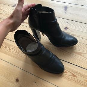Flotte Jimmy Choo støvler i str 37.  Der er en lille ridse bagpå den ene hæl og den ene side af støvlen, fejler ellers intet   Kan original kvittering haves stadig. Kan afhentes i Dyssegård / Søborg