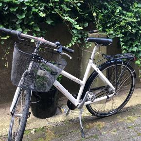 Cykel i god stand. Har ikke forlygte. Ikke ret mange brugspor Se billeder for kvittering :)