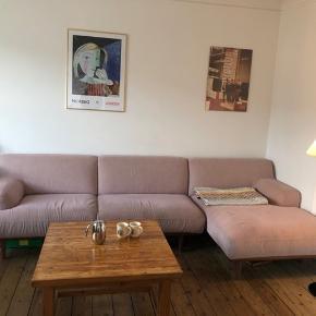 Rosa sofa fra Bolia 2014. Nypris ca. 30.000. 3 meter lang. Picasso-billedet indrammet fra 2020 får I med. Står på Nørrebro - Minitrans kan flytte den billigt.