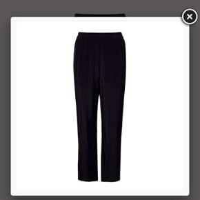 Aldrig brugt i str. 38. Viscose bukser i sort fra Lovechild. Købt i foråret til 1000kr, kan se de er sat ned nu til 700kr men kun i en str. 40. Min pris er derfor 700kr. Stadig med mærke.