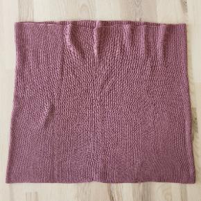 Lækkert strikket tubetørklæde fra H&M Divided.  Brugt få gange og vasket et par gange. Stand: som ny!  Str. one size.