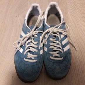 Str. 38 2/3. Lækre Adidas specialize håndboldsko. Har aldrig været udendørs. Prisen er fast. Sender gerne for 40 kr.