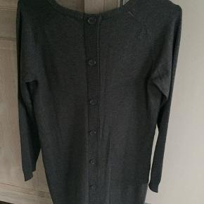 Lækker kjole/lang bluse i bomuld - bruges med en lille top så den ikke er så udringet og et par lækre leggings/strømpebukser til