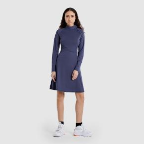 Den flotteste, sporty kjole et begrænset samarbejde mellem Wood Wood og Ellesee i bæredygtigt materiale. Har den smukkeste detalje ved halsen. Helt ny med prismærke. Nypris var 850 kr. Farven er helt unik, sådan lidt blågrå i det.    Oplagt julegaveidé. Til din veninde, søster, kæreste eller dig selv.  #trendsalesfund