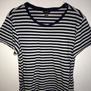 T-shirt med striber. Str. M. Trøjen er brugt og har derfor også et lille hul oppe ved halsen.  Skriv gerne for yderligere information:) Kom gerne med bud☺️