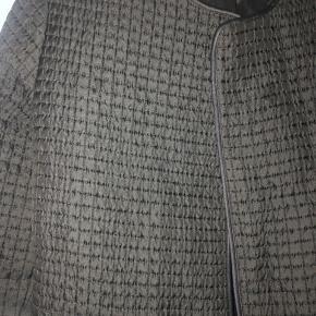 Super fed kraftig jakke fra Bzr (Bruuns Bazaar) Bindebånd og lommer i siderne Har aldrig været brugt Ny pris 1.995,- Kom med et bud Jeg tager ikke billeder med tøjet på 😊