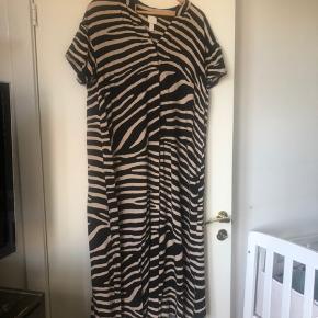 Fin sebrastribet-kjole fra H&M - dejlig løs og behagelig.   Kan afhentes på Østerbro eller sendes mod køber betale porto.  Byd gerne.