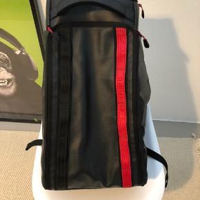 Fed og funktionel rygsæk fra Jon olssons mærke douchebags. Limited edition redefined model lavet af 100% læder. Brugt få gange og der er ingen tegn på brug. Opbevaringspose og tags medfølger. Modellen hedder hugger og kan rumme 30 liter. Nypris 1500 kroner