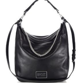 Top Chain Black Leather Hobo Bag. Sælges ikke længere.  29 x 33 x 13 CM  Købt dec 2015. Brugt en hel del, men velholdt!. Læderet er en god tyk og lækker kvalitet, som blot er blevet blødere med tiden og som er holdt ved lige med læderfedt.  Kvittering og dustbag medfølger.